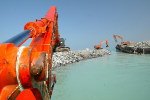 RS2282_dubai_-_palm_island_ii_-_2002-2009_-_breakwater_construction_0