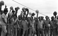 Operrios-comemoram-a-colocao-do-ltimo-vo-da-ponte-em-1973